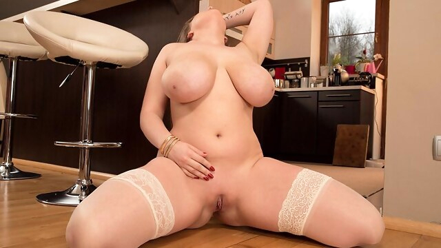 Kitchen Wet Dreams - Larissa Linn - Scoreland BongaCams bbw