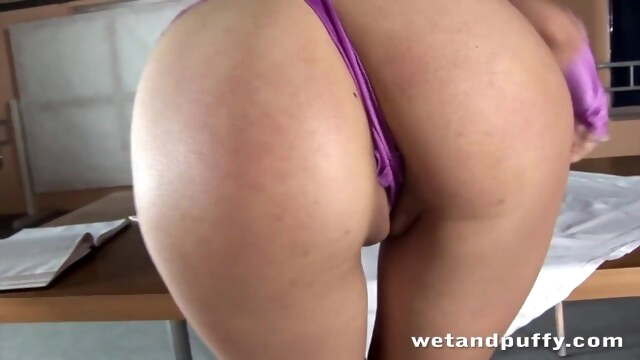 Nasty lady in high heels teasing herself BongaCams wetandpuffy