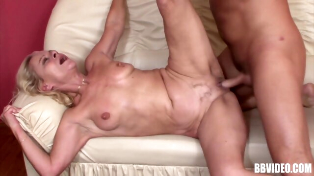 SQUIRTING MATURE SLUT IN A WILD SESSION WITH MUSCLE TOY BOY BongaCams blonde